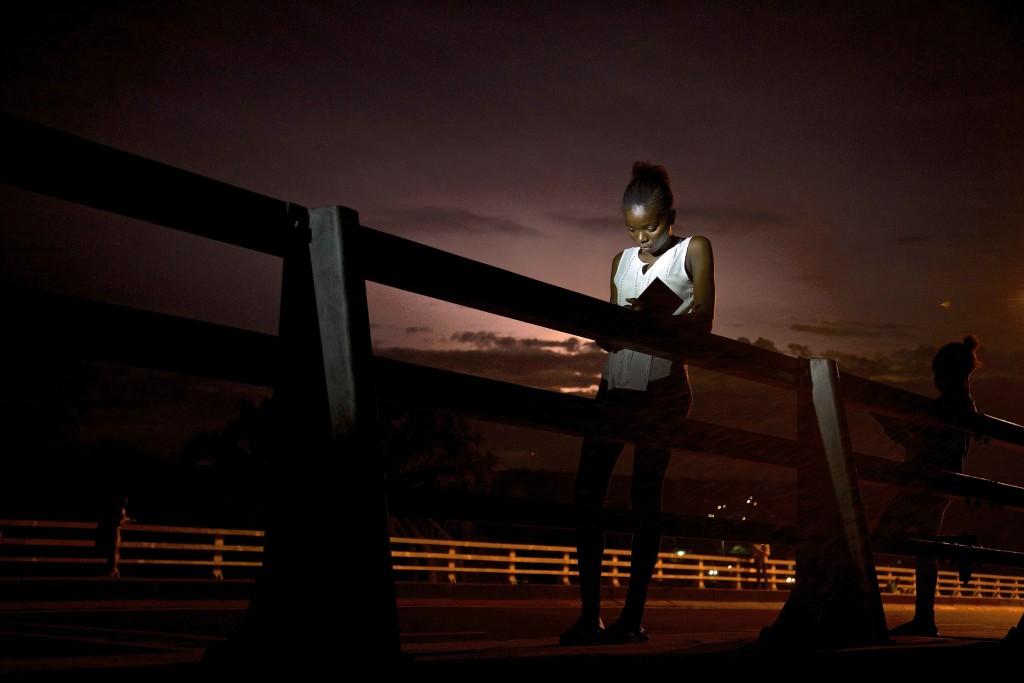 Des jeune s collégiens sur un pont entrain d'apprendre leur leçon_Baudouin MOUANDA